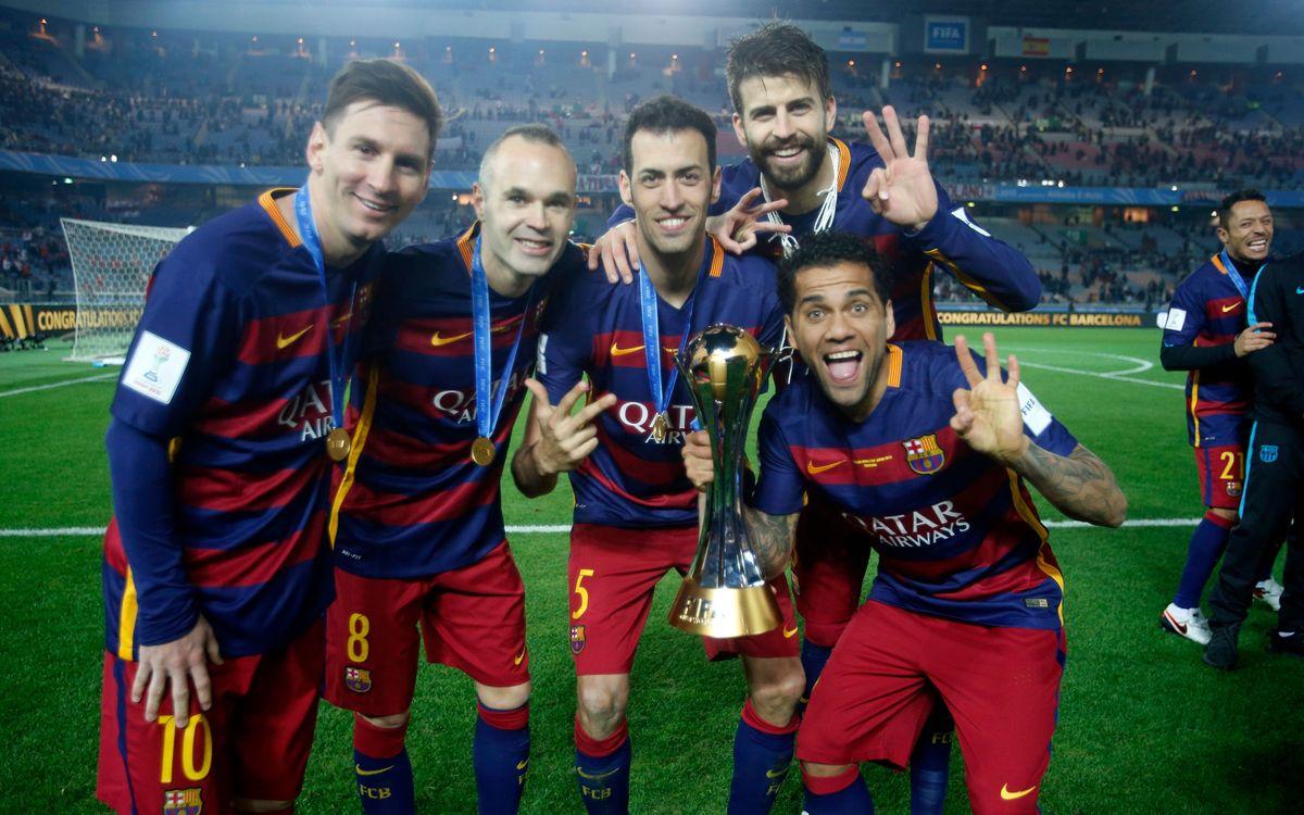 Messi, Iniesta, Sergio, Alves y Piqué, con la copa jutso después del partido / MIGUEL RUIZ - FCB