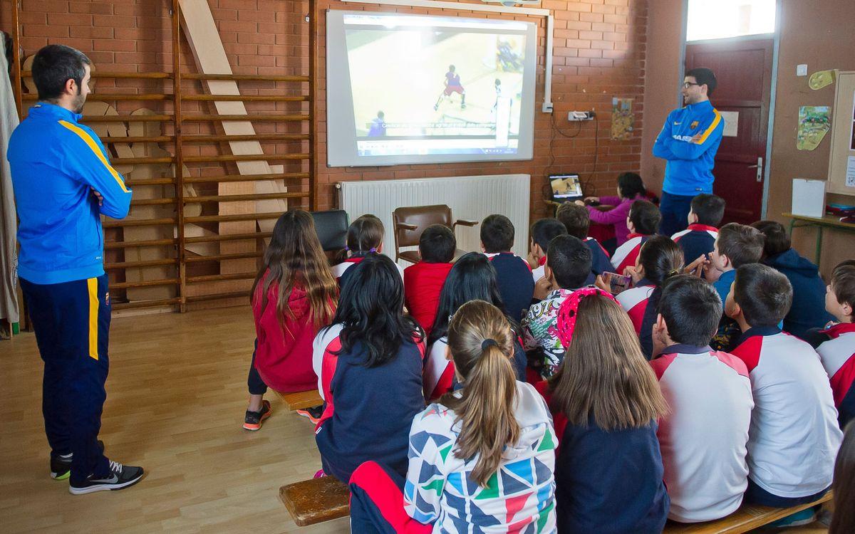 Marc Gual i Xavi Costa expliquen l'hoquei a l'Escola Cristòfor Mestre de Vilafranca