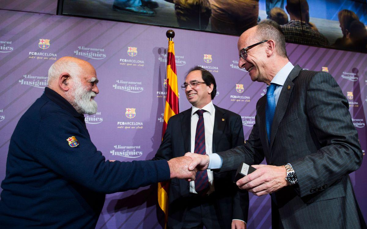 Jordi Cardoner lliura la insígnia de plata a 115 socis pels seus 25 anys al Club