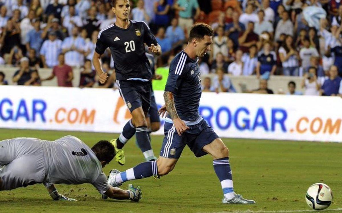 Messi, dos gols en deu minuts i s'acosta a Batistuta amb l'Argentina (7-0)