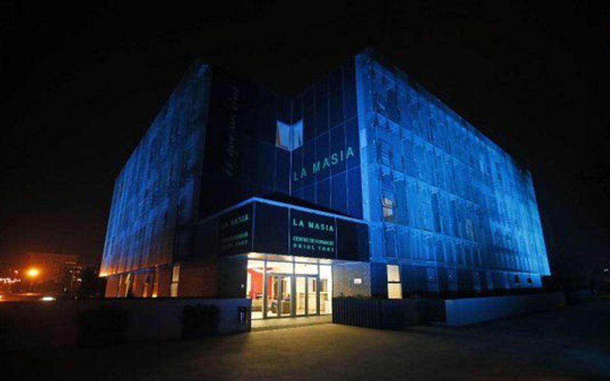 ラ・マシアが国連70周年を祝い青色のイルミネーションに