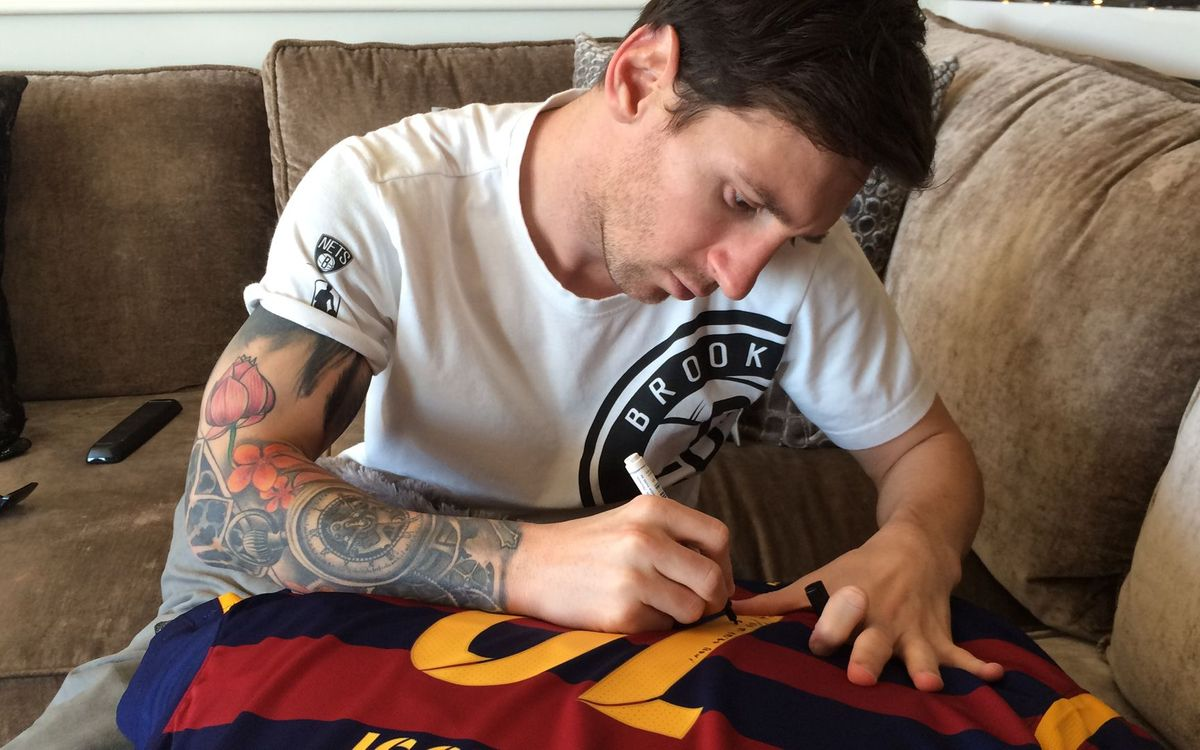 Messi gifts Ronaldinho a shirt