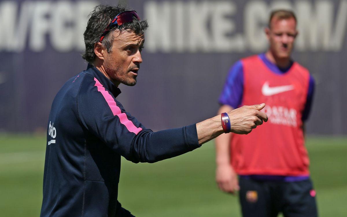 Els jugadors del FC Barcelona estrenen les polseres Visa 'contactless' de CaixaBank