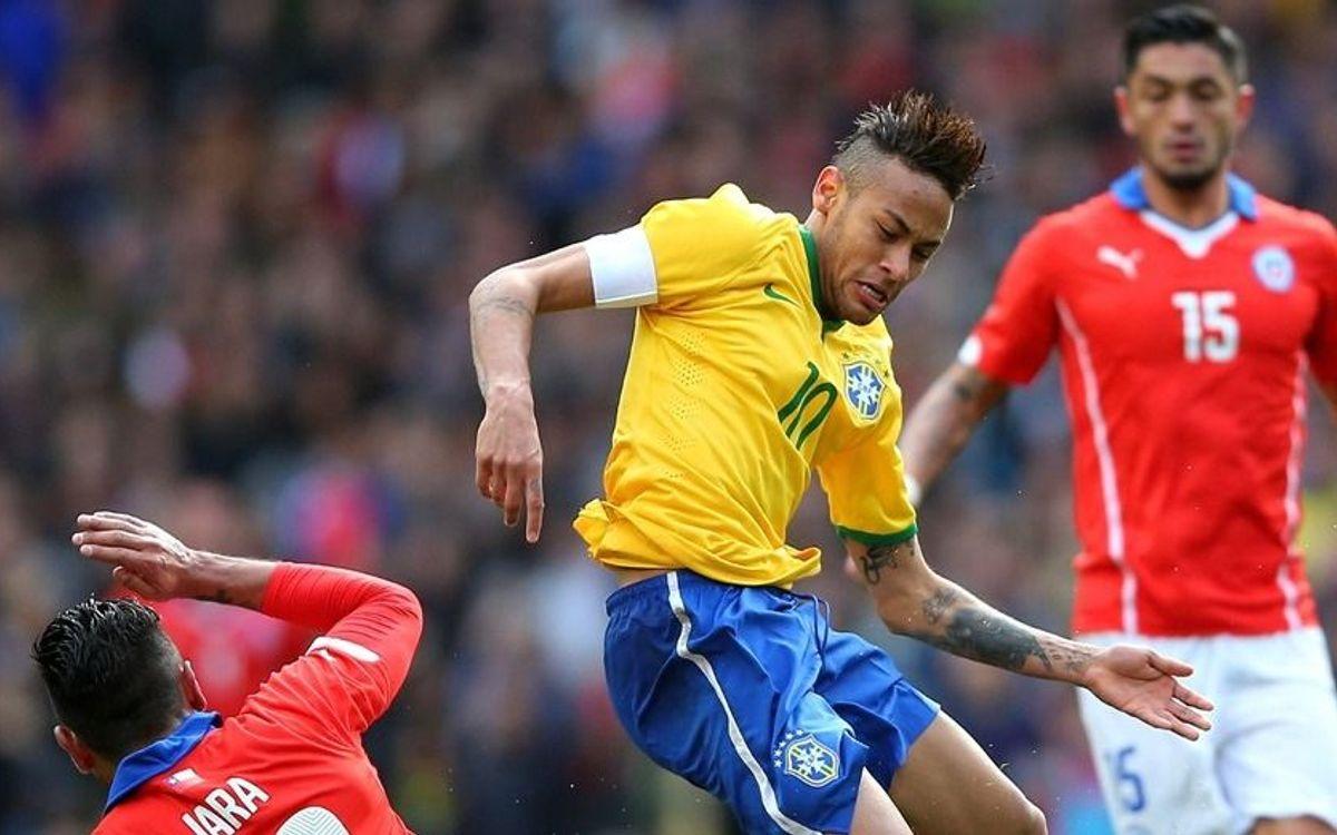 Neymar wins the duel with Claudio Bravo