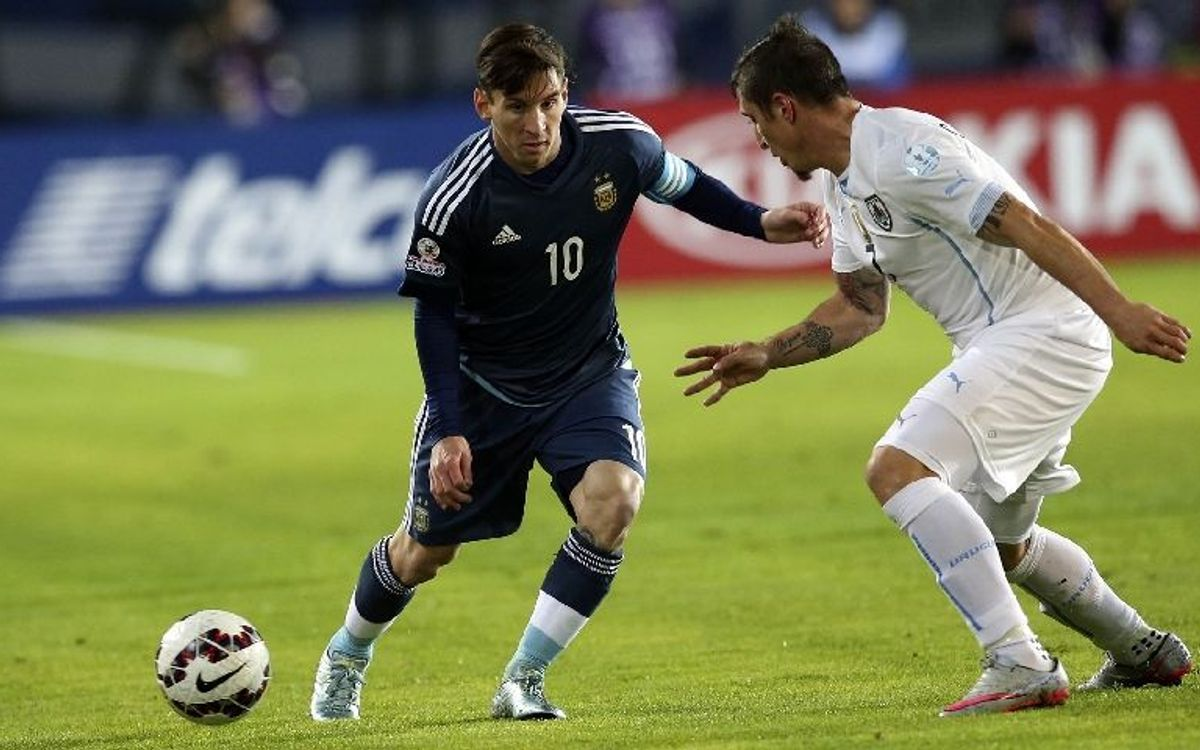 Messi and Mascherano edge closer to quarter-finals with narrow win over Uruguay (1-0)