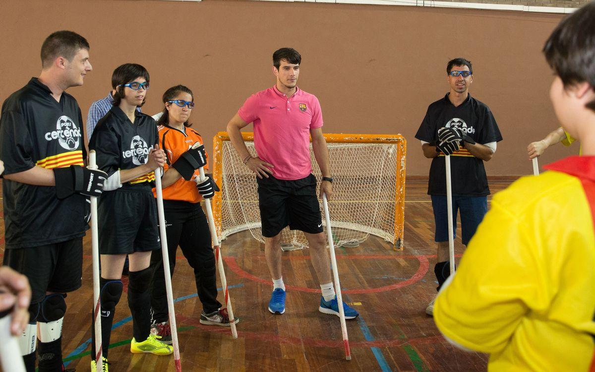 Visita de Pablo Álvarez a Mundet amb joves que practiquen hoquei adaptat