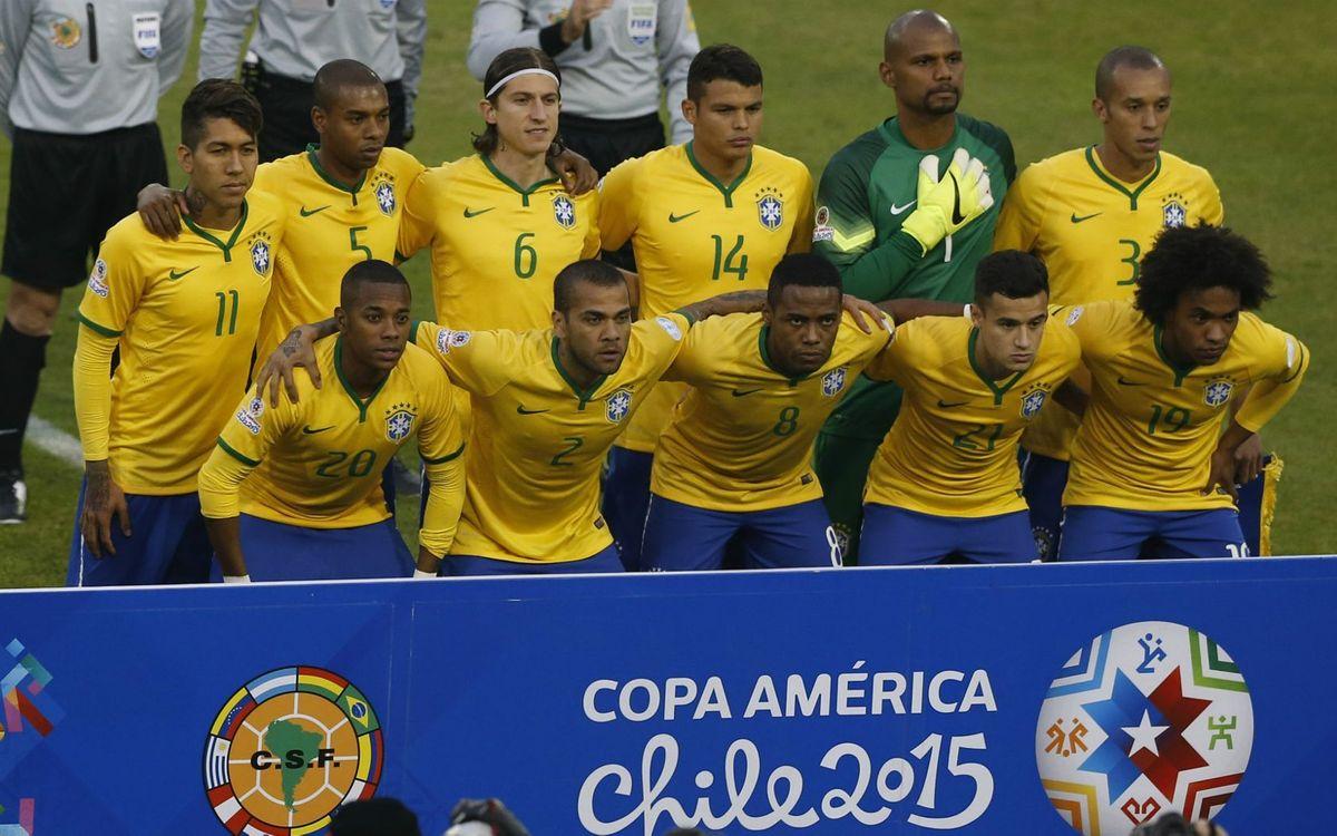 El Brasil, amb Alves, guanya i es classifica primer (2-1)