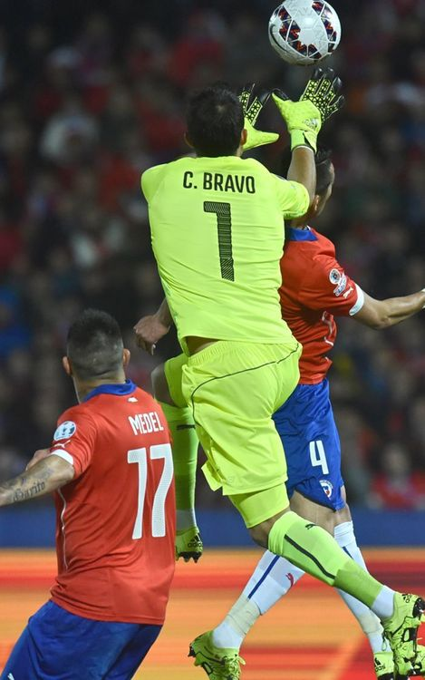Claudio Bravo and Chile looking to reach Copa América final