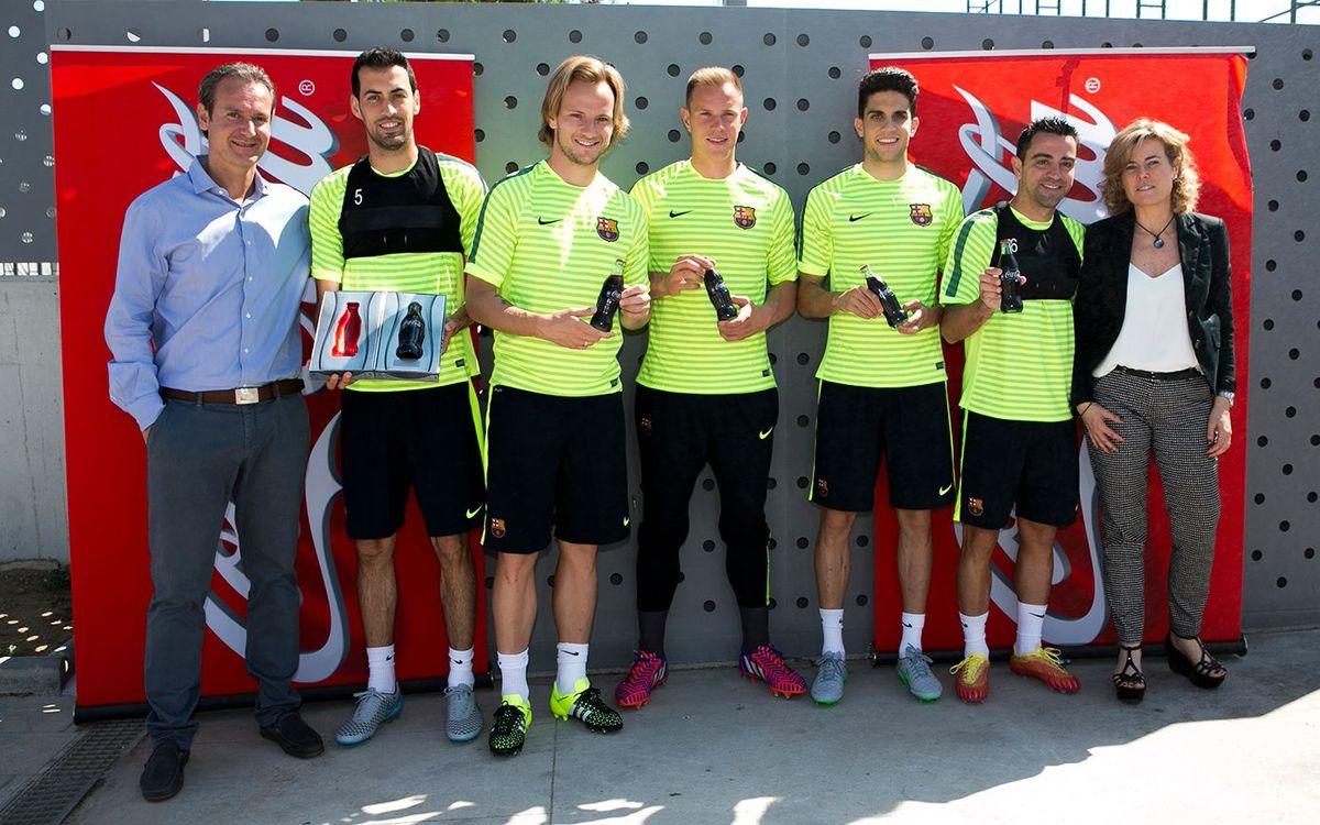 Els jugadors del Barça participen en el llançament de la nova ampolla de Coca-Cola