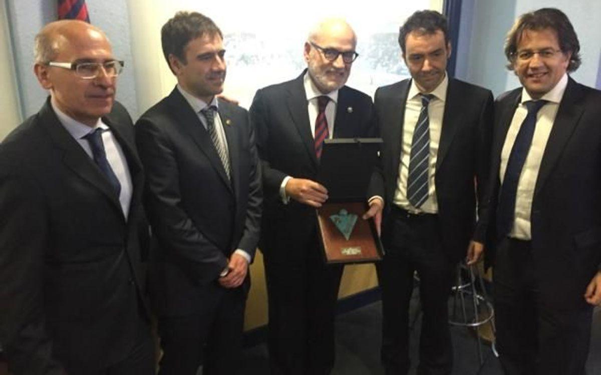 El president de l'Eibar entrega una placa commemorativa al FC Barcelona