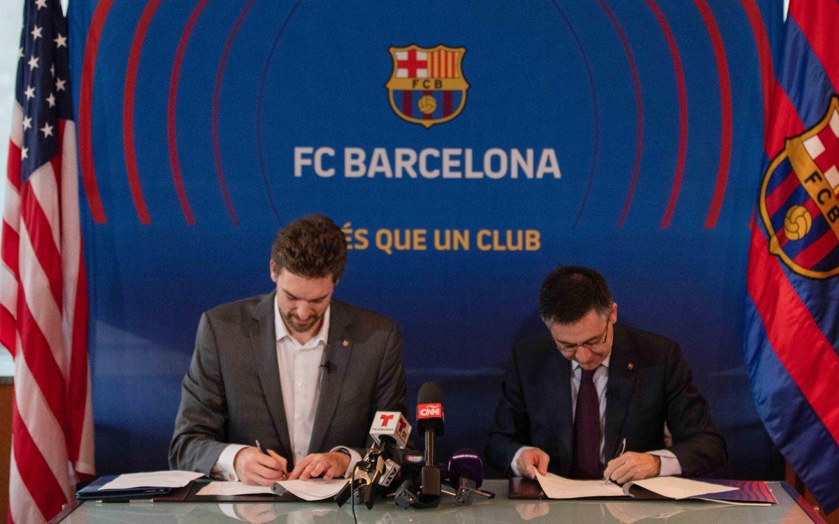 Pau Gasol i Josep Maria Bartomeu signen l'acord - Jonathan Scott