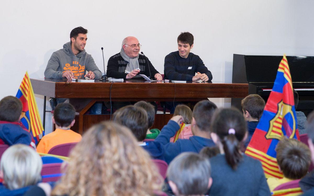 Reinaldo i Matías Pascual, amb els nens de l'Escola Claret