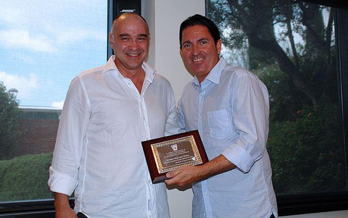 Pascual rep de Laso el premi com a millor entrenador de la temporada 2013/14