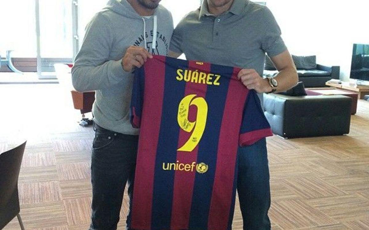 Luis Suárez regala una camiseta del Barça a Steven Gerrard