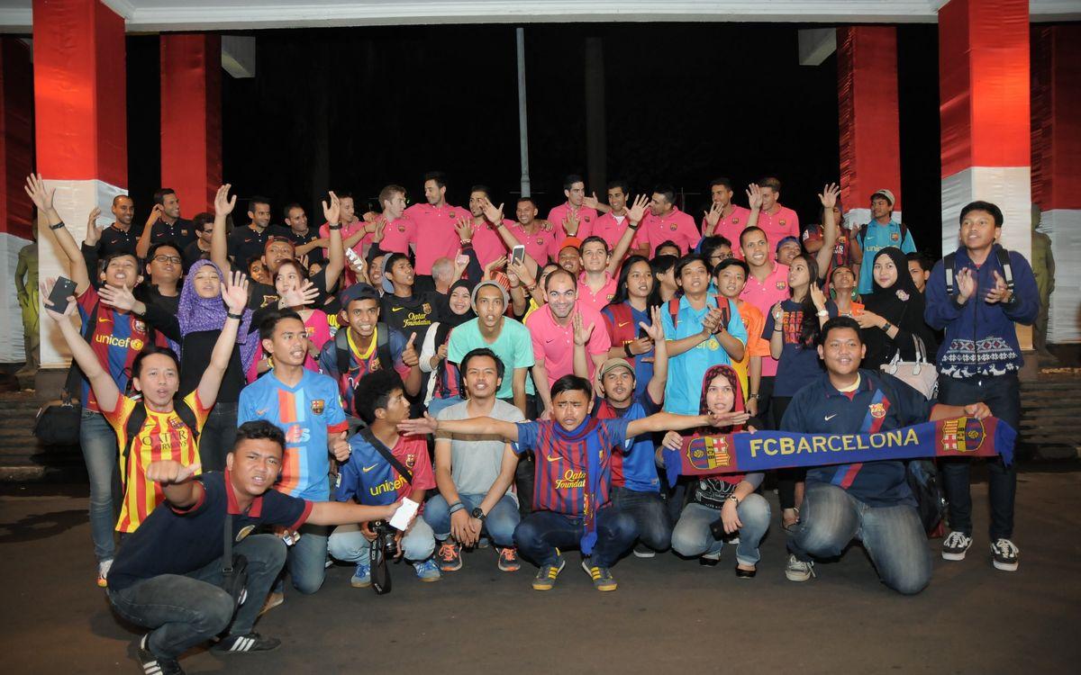 El Barça és rebut a l'aeroport de Jakarta per la Penya IndoBarça