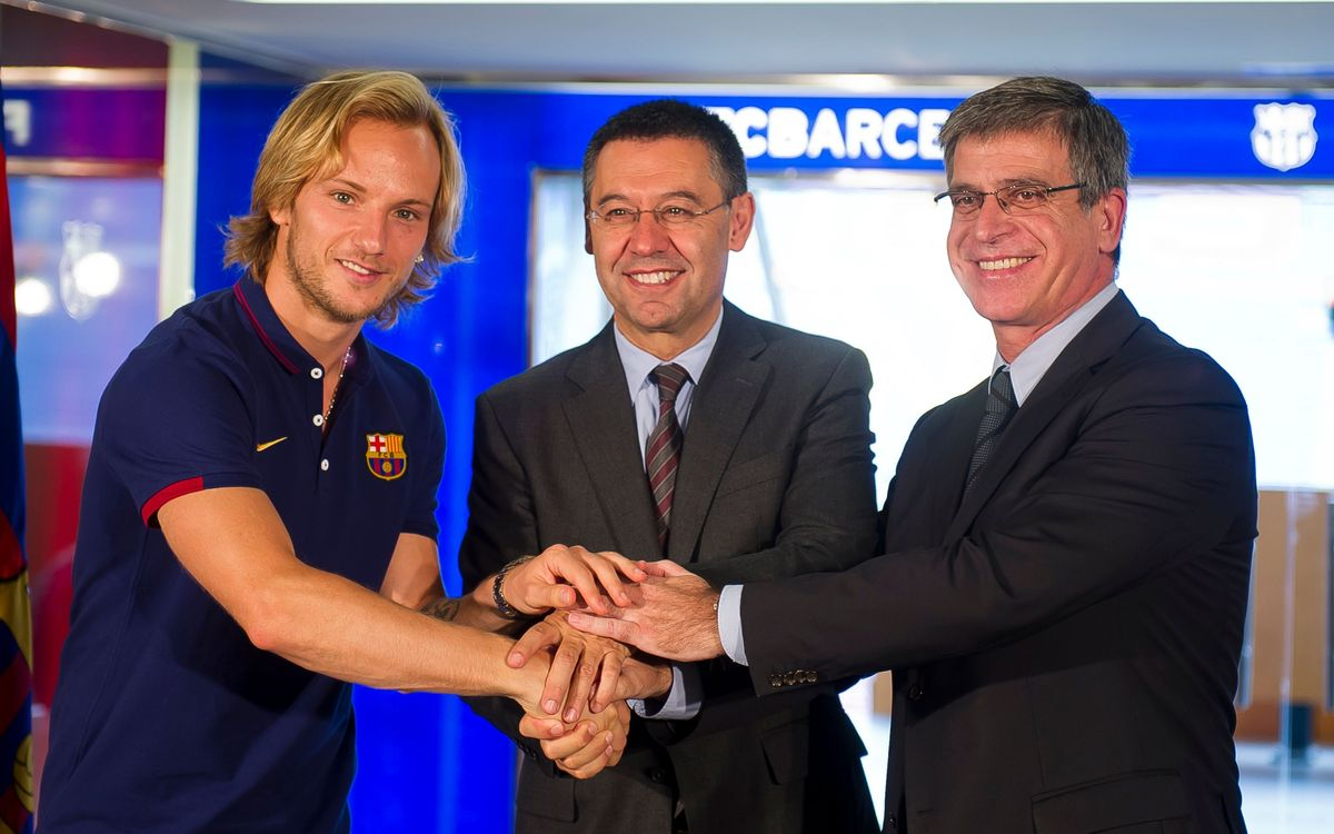 Rakitic signs contract and will wear number 4 shirt