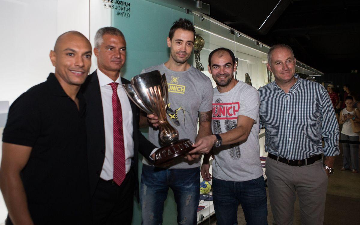 L'equip ha fet entrega de la Copa Catalunya al Museu