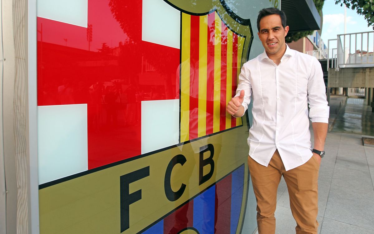 Claudio Bravo arrives in Barcelona