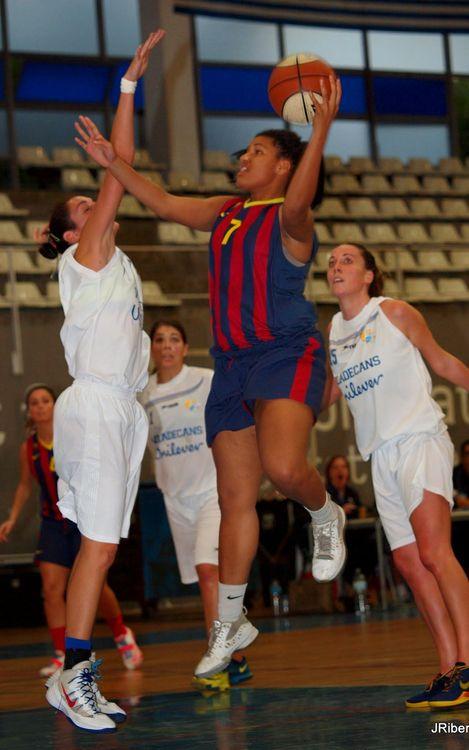 Derrota del bàsquet femení davant un rival directe (60-66)