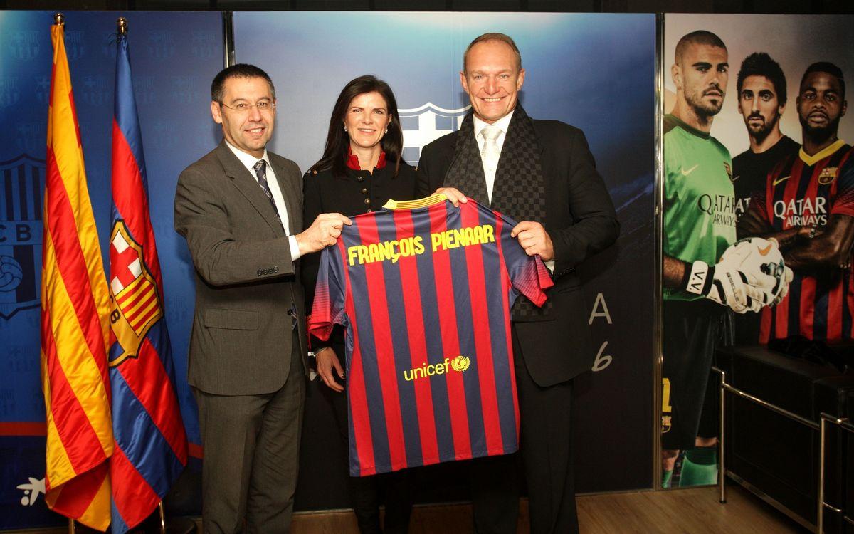 President Bartomeu gives FC Barcelona kit to Francois Pienaar
