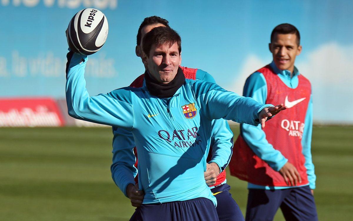 Quarterback Messi: els jugadors es passen al futbol americà, al rugbi i a l'handbol per uns instants