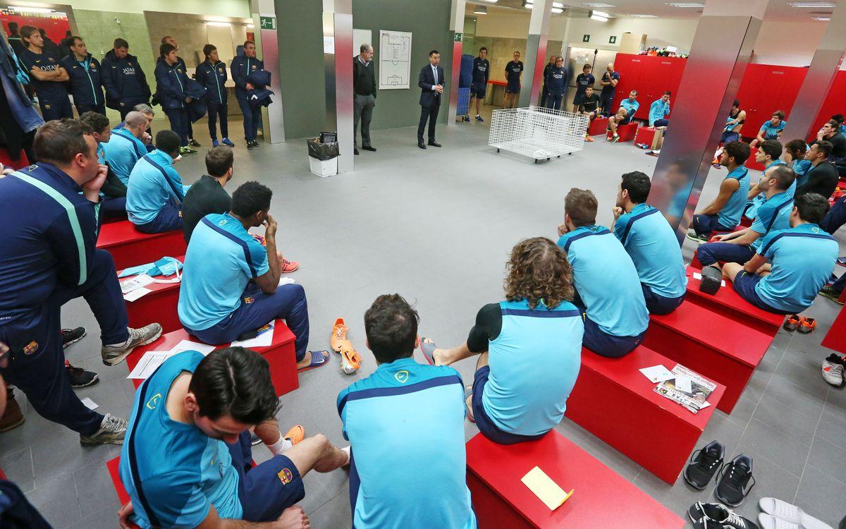 Josep Maria Bartomeu visita la plantilla del FC Barcelona