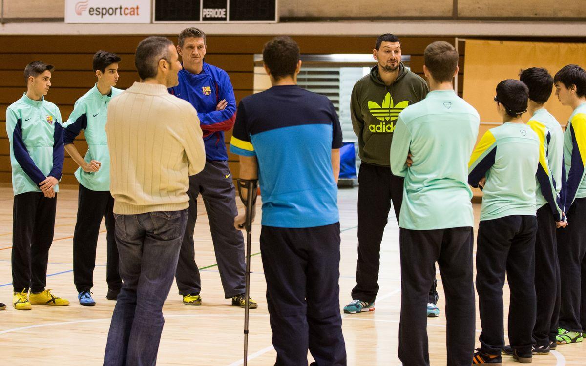 Arpad Sterbik imparteix càtedra als joves porters del Barça d'handbol