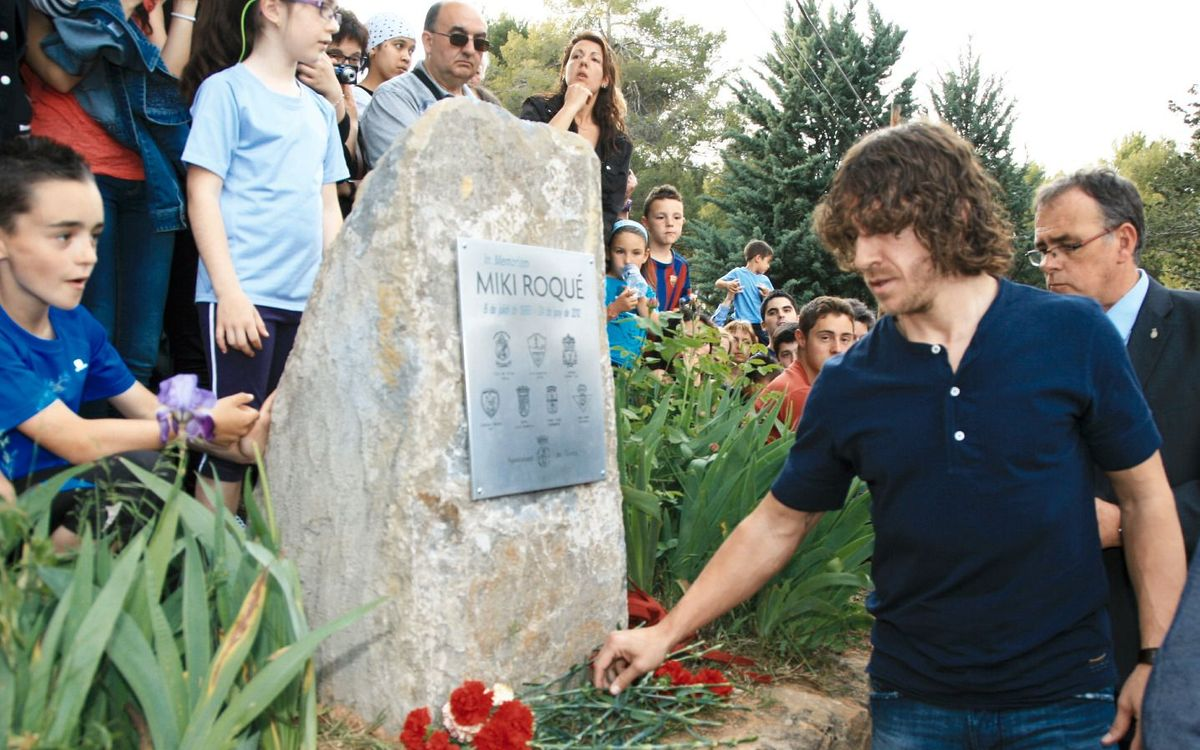 Carles Puyol and Club director Ramon Pont, attend Miki Roqué's commemorative ceremony