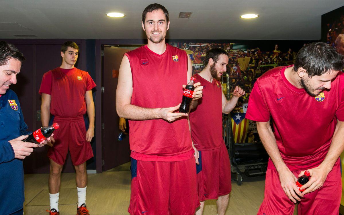Els jugadors de les seccions reben una Coca-Cola personalitzada amb el seu nom