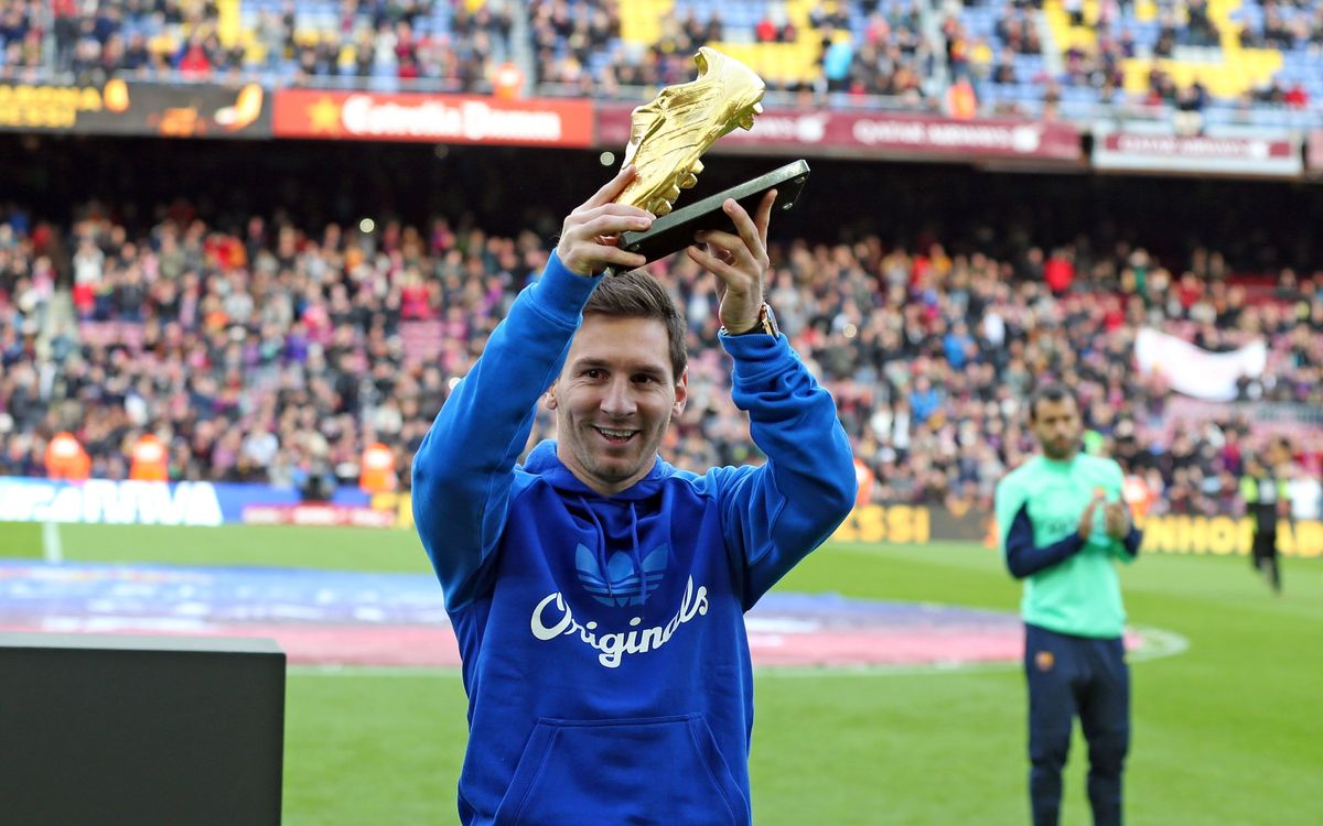 Leo Messi shows off his Golden Boot to the Barcelona fans
