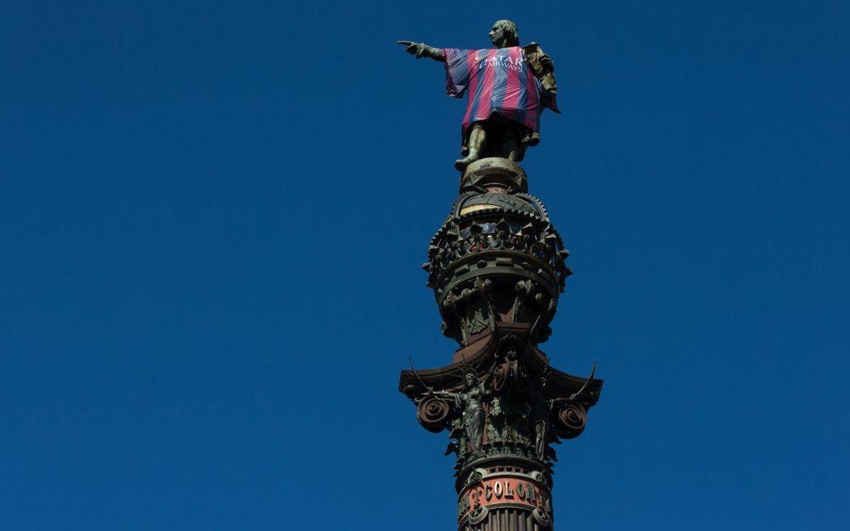 La statue de Christophe Colomb avec le maillot du FC Barcelone