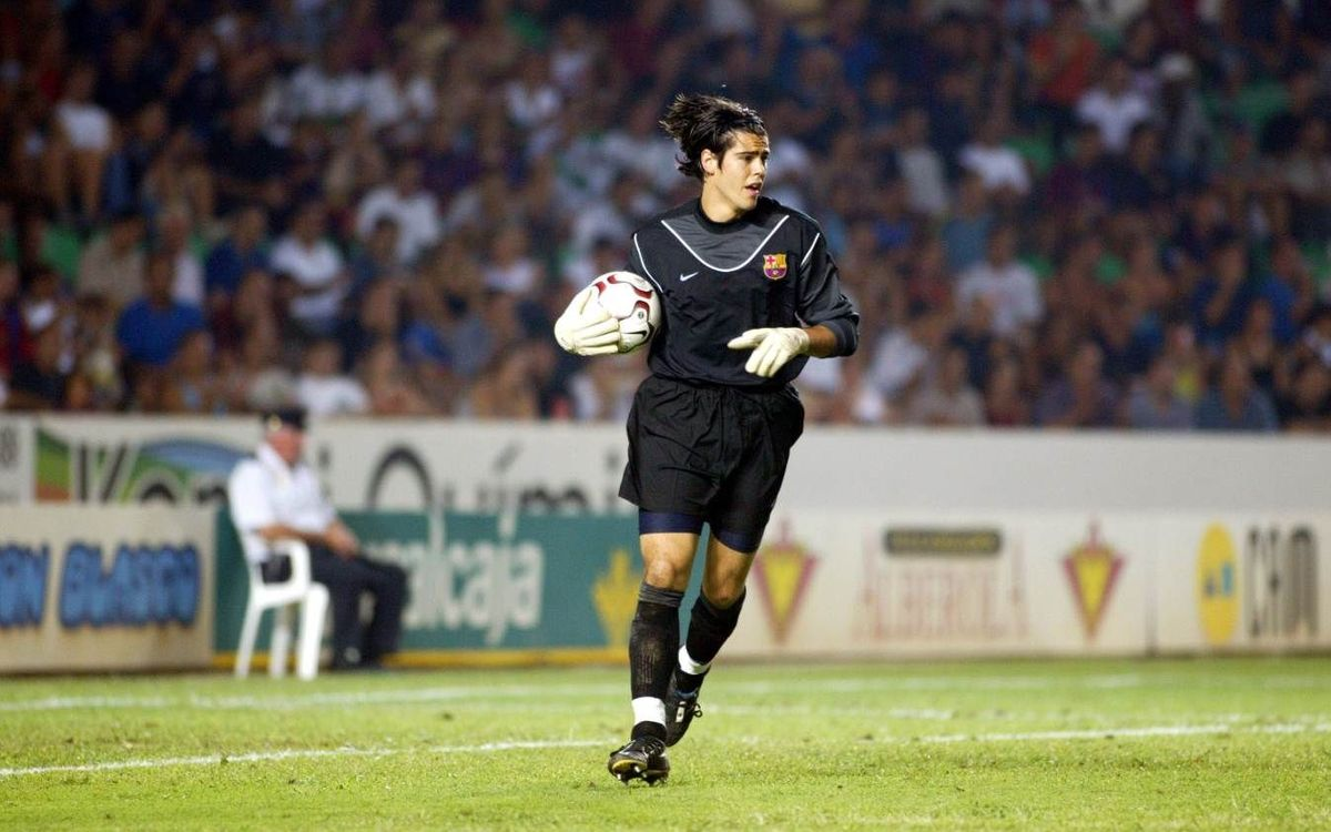 Víctor Valdés, defending FC Barcelona's goal for 12 years