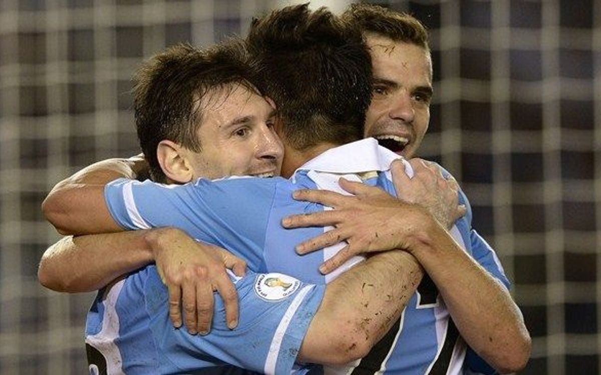 Messi and Mascherano in Argentina win (3-0), , but Alexis' Chile lost 1-0 to Peru