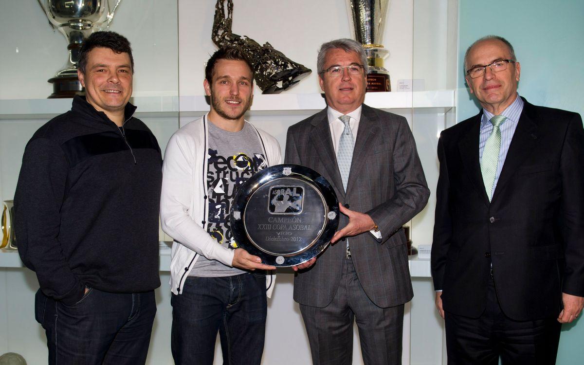 La Copa Asobal ja llueix al Museu del FC Barcelona