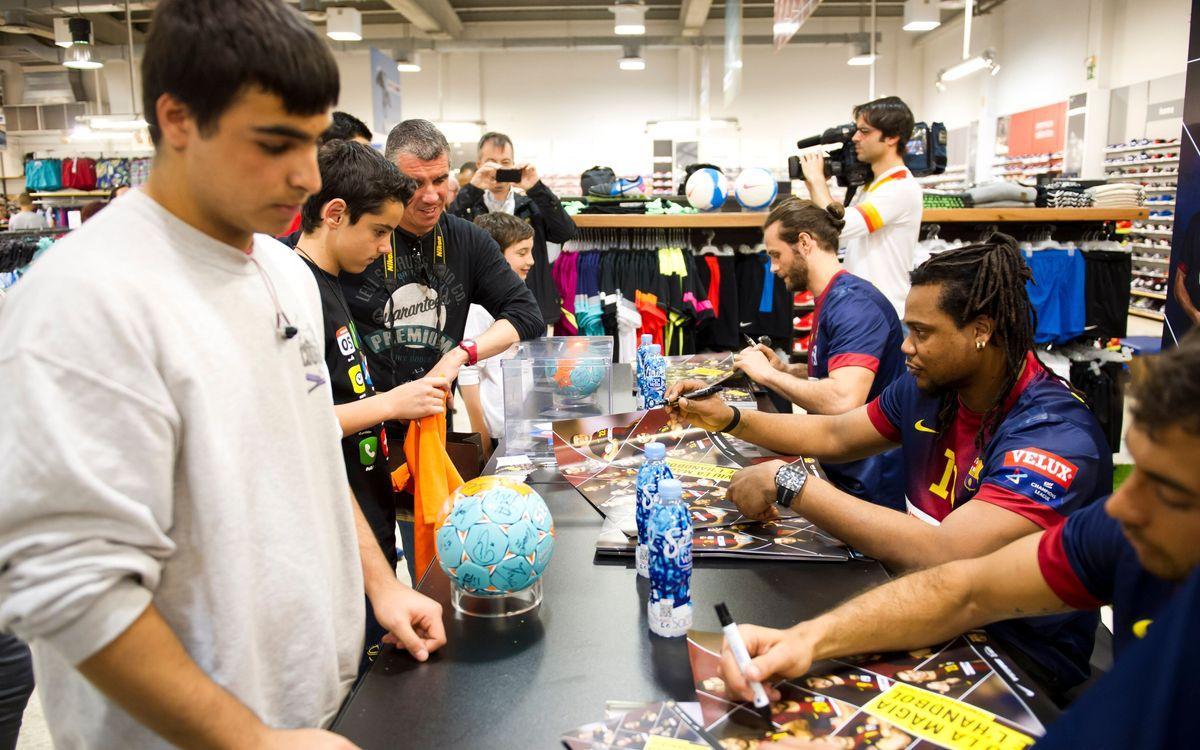 Els jugadors del Barça d'handbol signen autògrafs amb Intersport
