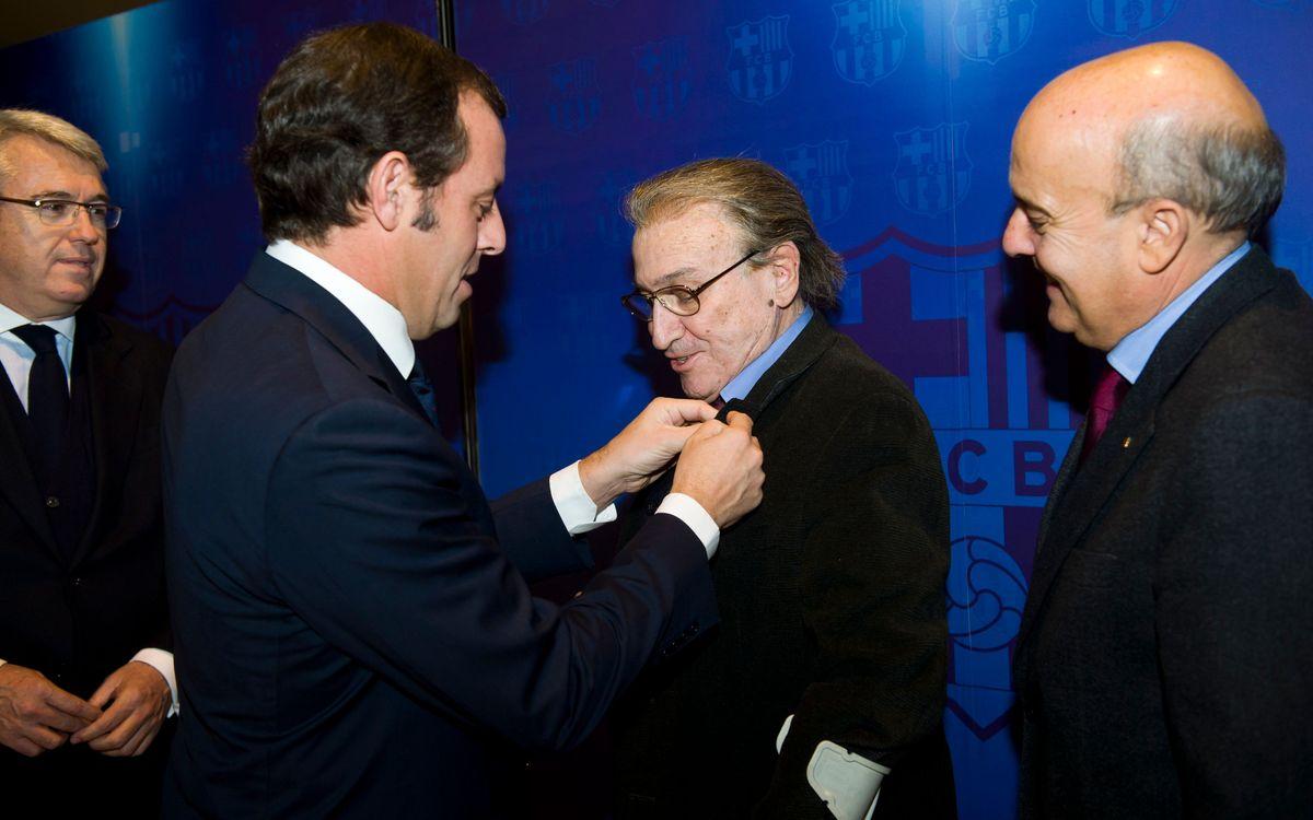 El Barça entrega una nova insígnia d'or i brillants a Manolo Escobar