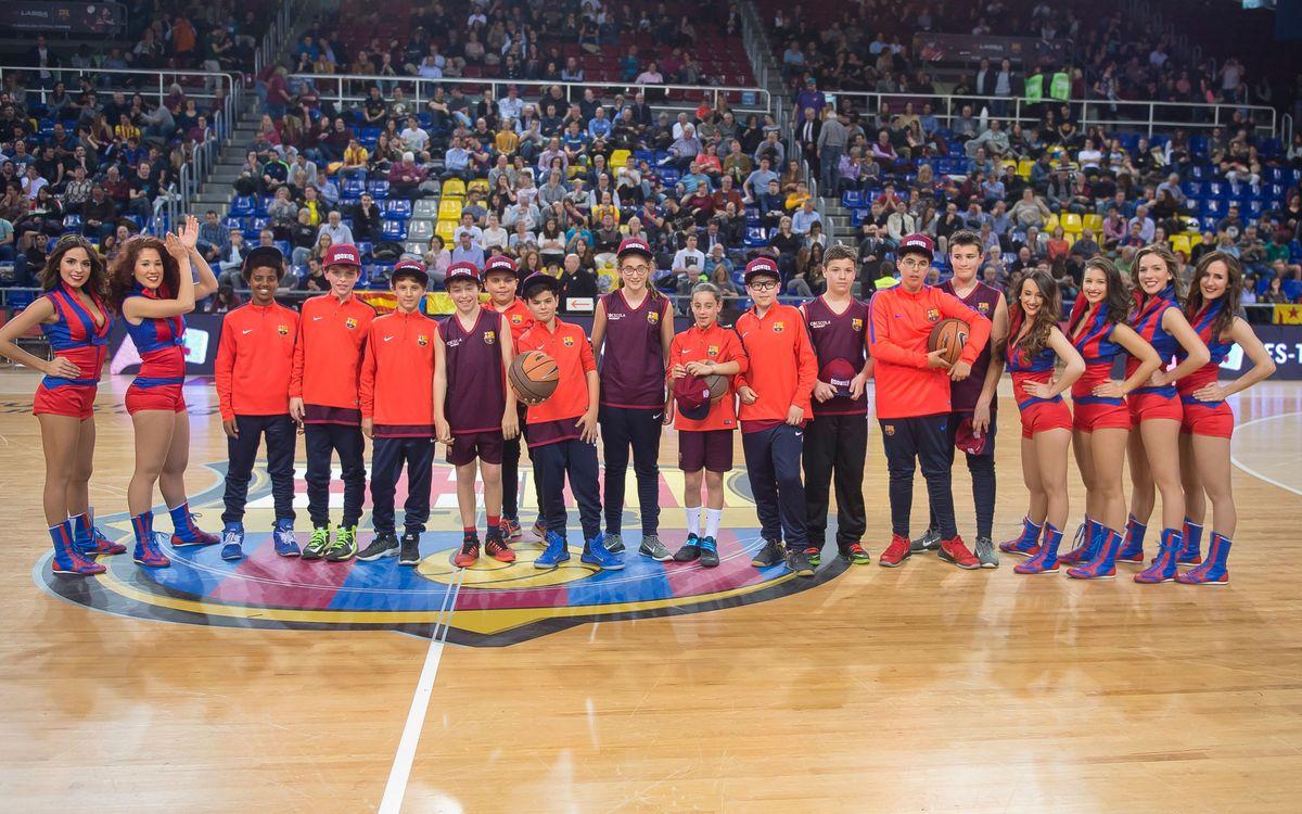 Los alumnos FCBEscola Basket, en el Barça – Unics Kazan