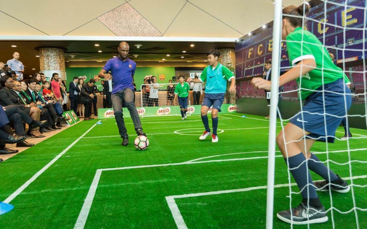 Éric Abidal i els jugadors de l'FCBEscola Singapur, protagonistes de la presentació de Milo