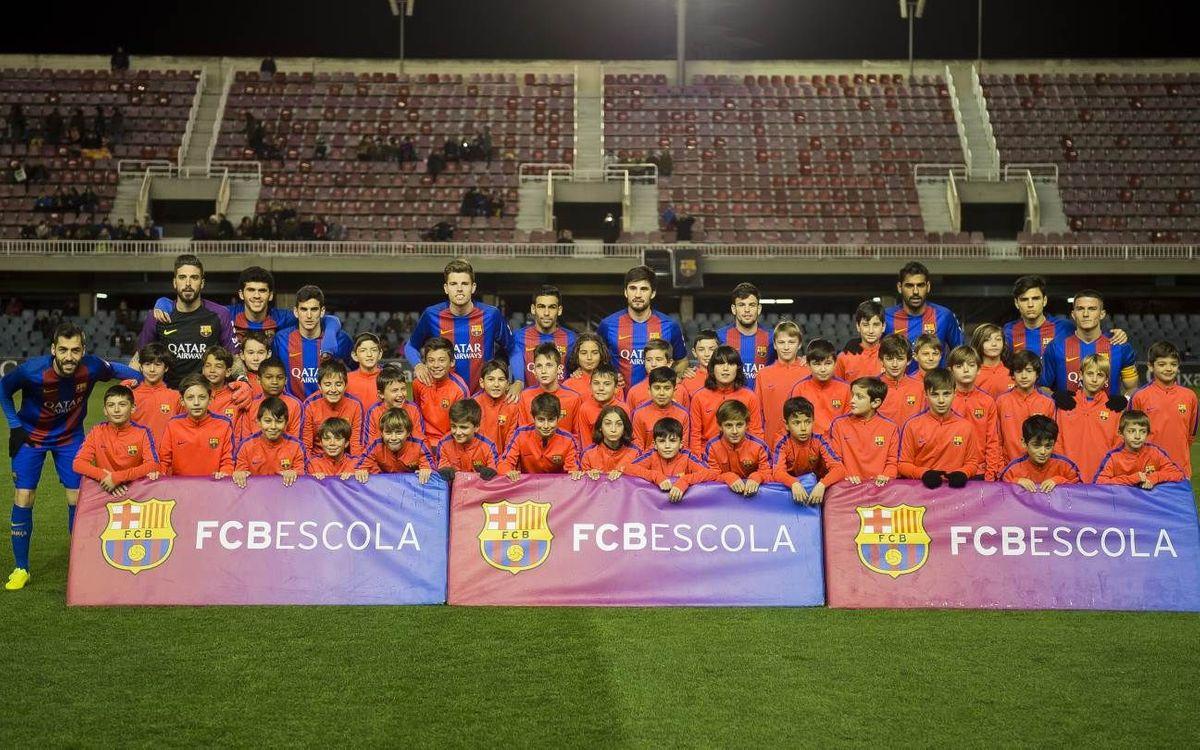 Els jugadors de l'FCBEscola Barcelona donen suport al Barça B en el seu camí a l'ascens