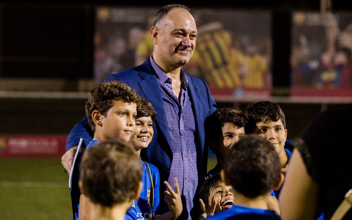 Folguera anima els nois i noies de l'FCBEscola de Santo Domingo a educar-se i créixer amb els valors del Barça