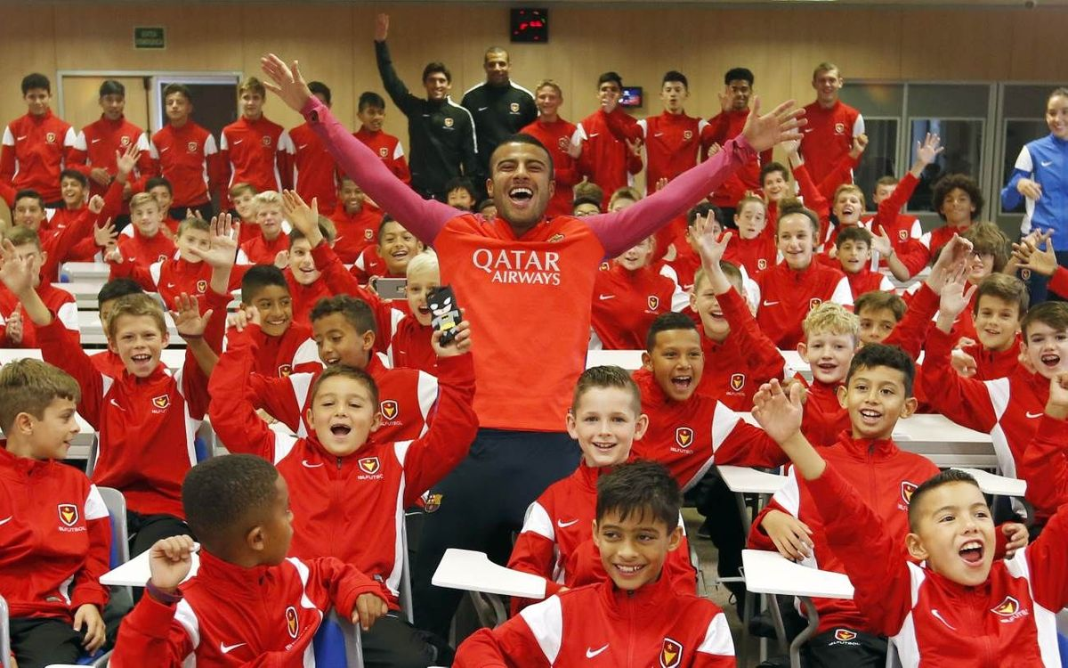 Rafinha visits participants of the FCBEscola Charlotte and North American camps