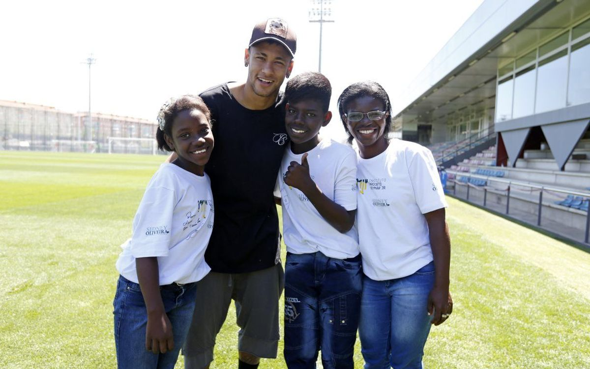 Neymar Jr welcomes children from his foundation to Barcelona