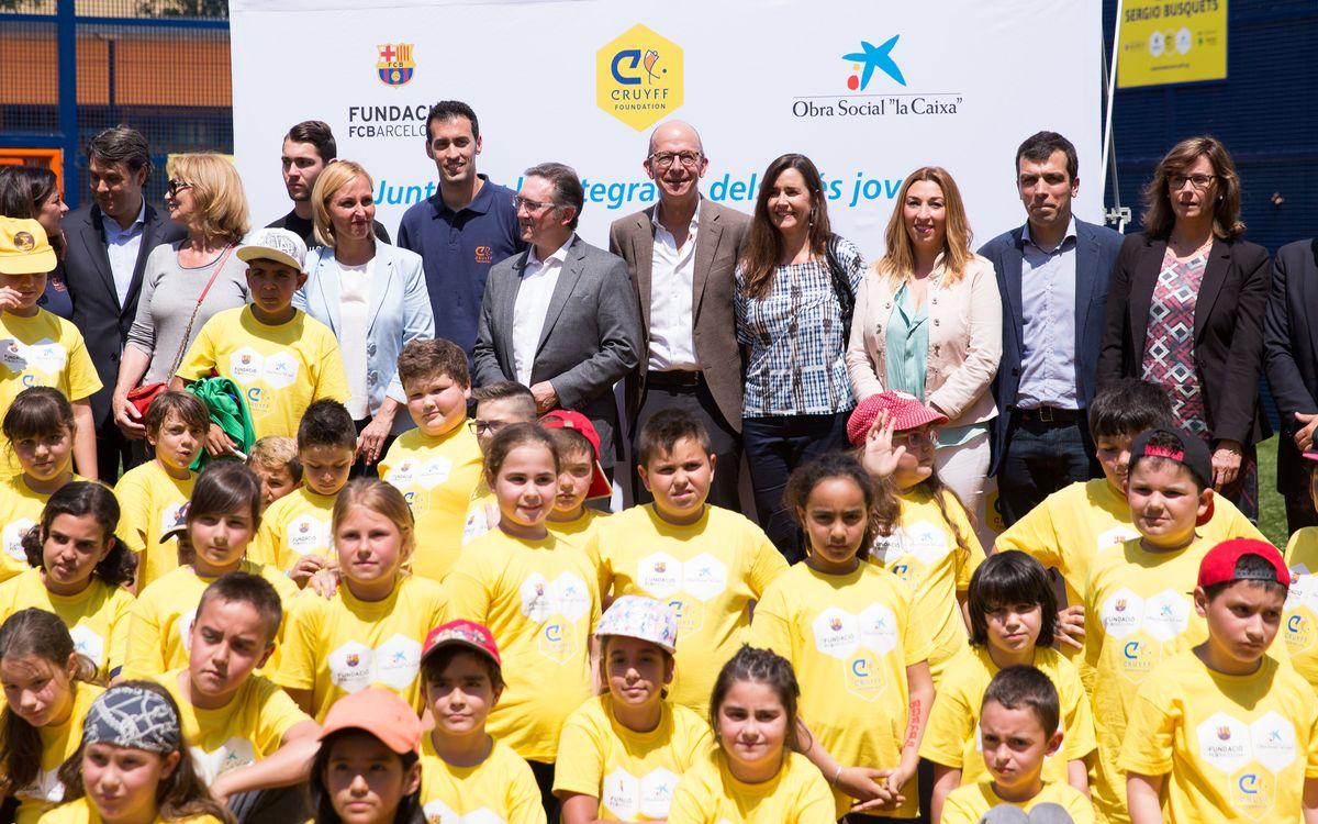 Sergio Busquets apadrina un 'Cruyff Court' a Badia del Vallès