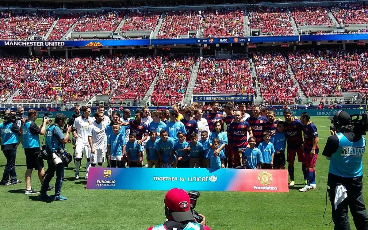 Els jugadors del FC Barcelona i del Manchester United es fotografien per donar suport a UNICEF
