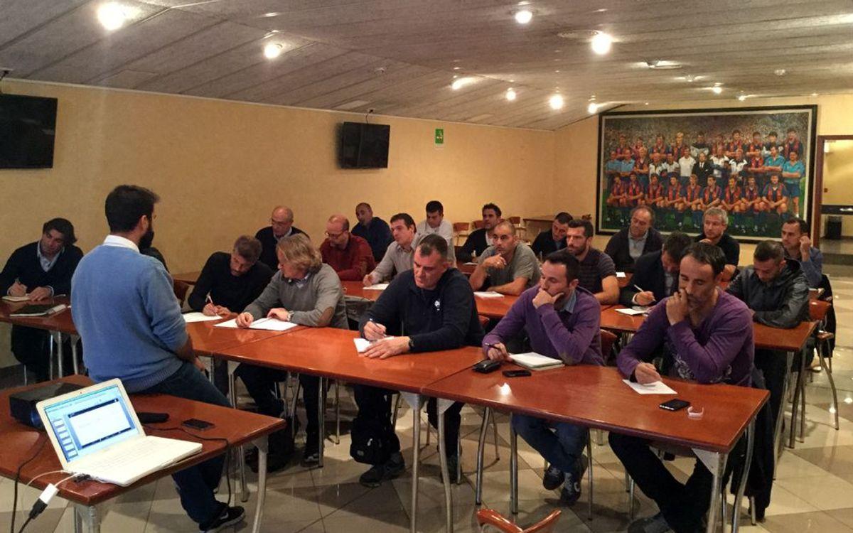 21 exjugadors del FC Barcelona fan el Curs Bàsic d'Entrenador amb la Federació Catalana de Futbol