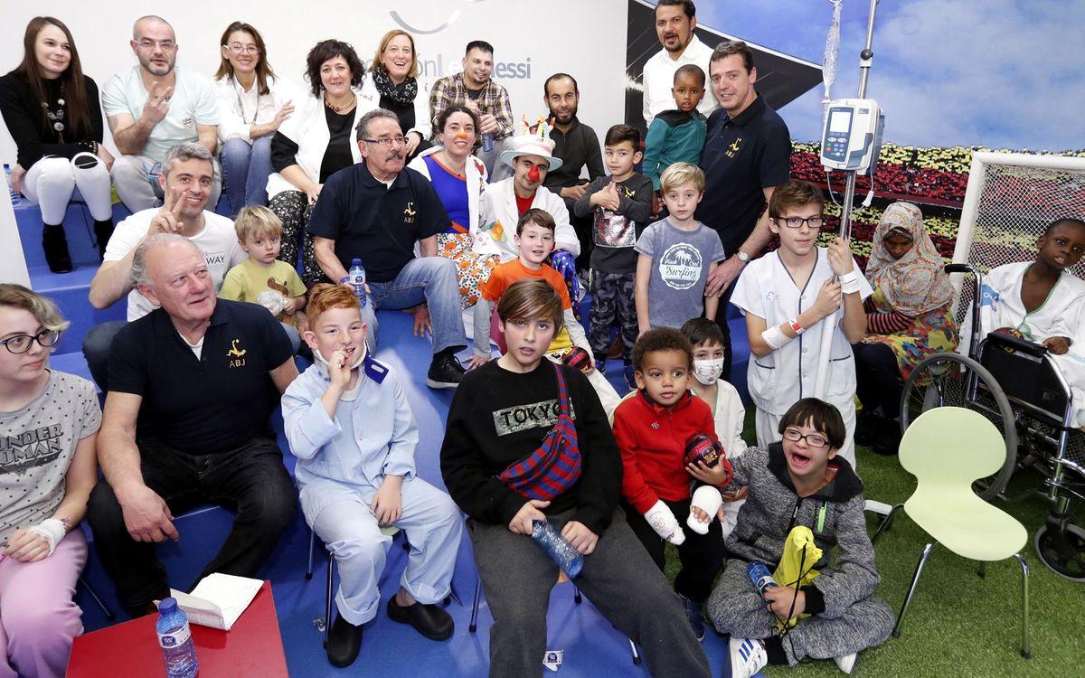 Els nens de Vall d'Hebron veuen l'Espanyol-FCB amb 3 exjugadors del Barça