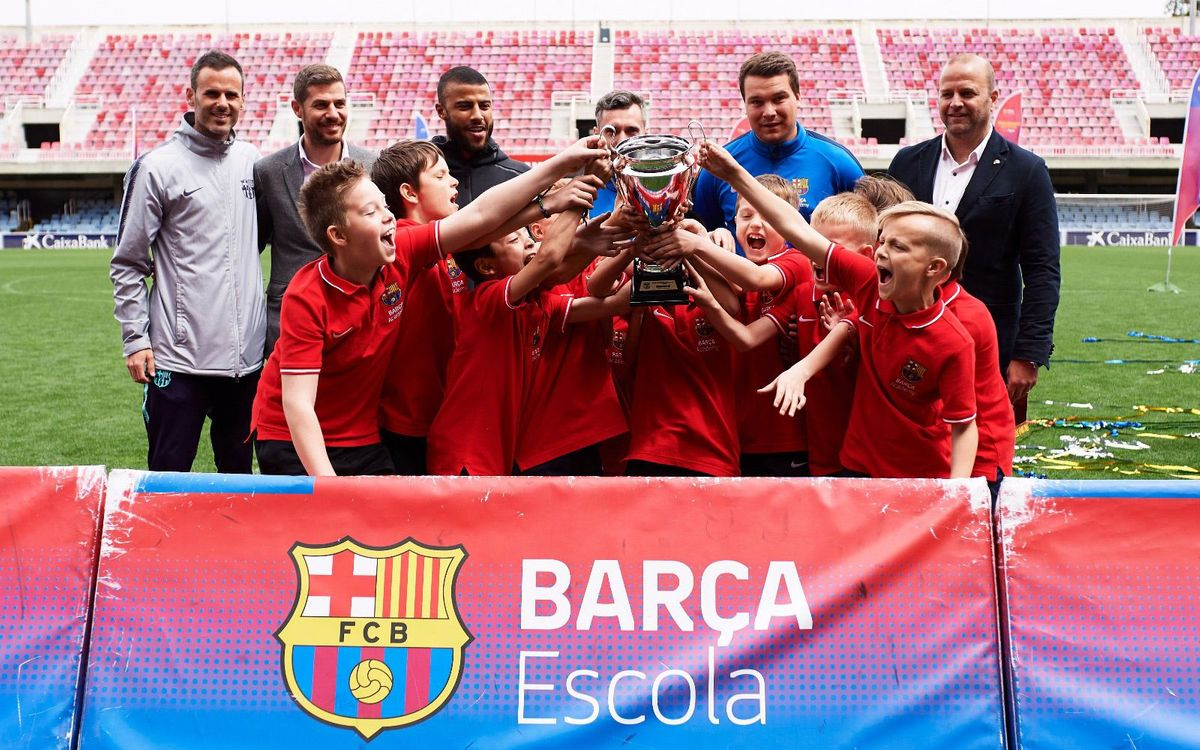 Rafinha presents the Champions cups at the Barça Academy World Cup