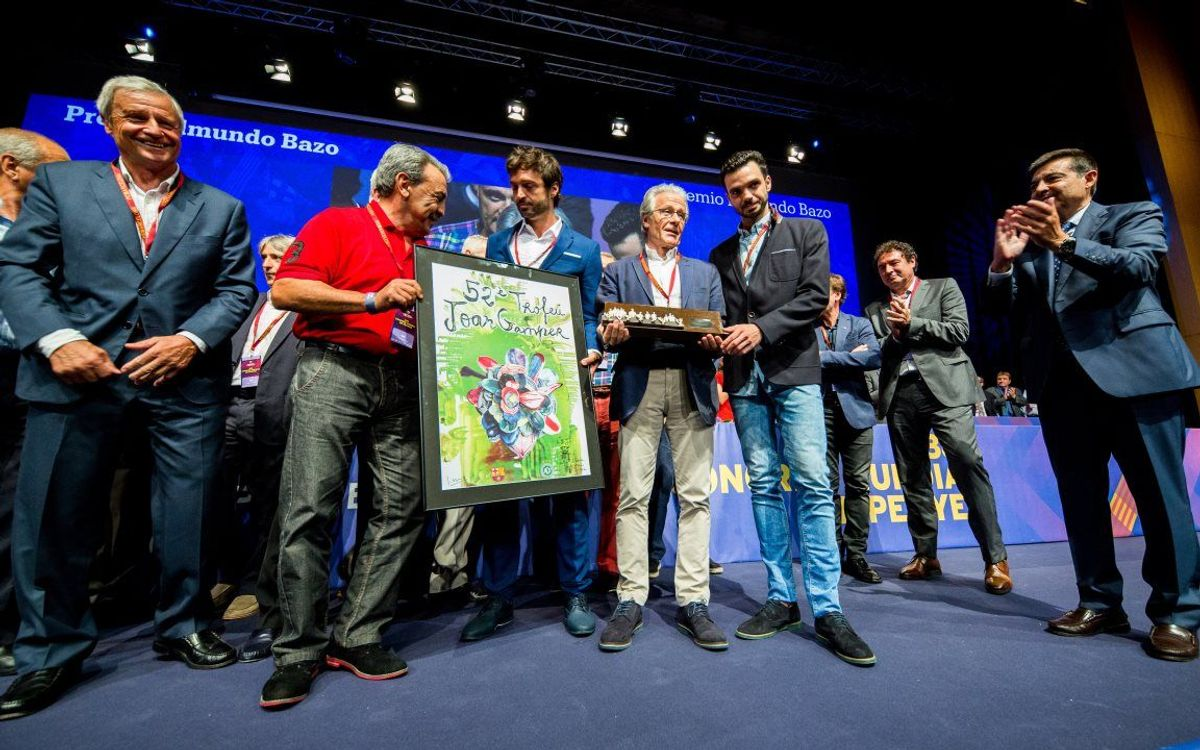 L'Agrupació Barça Jugadors rep el Premi Edmundo Bazo