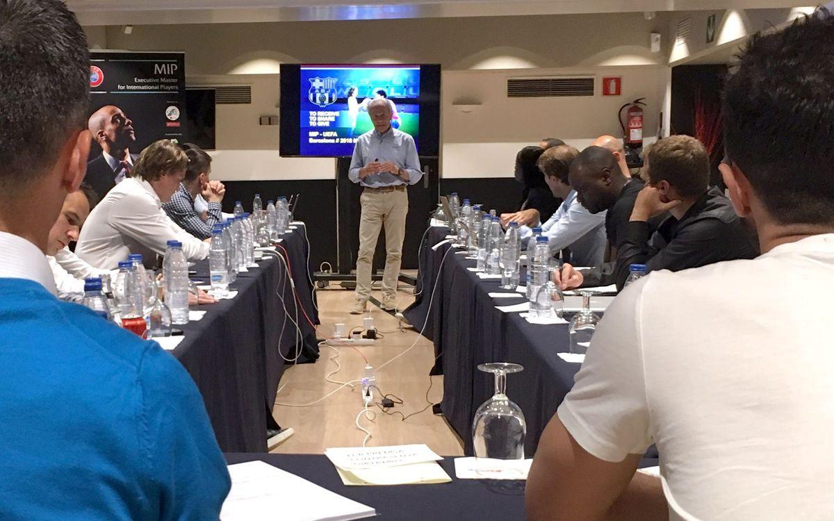 Explicant l'Agrupació a exjugadors alumnes de la UEFA