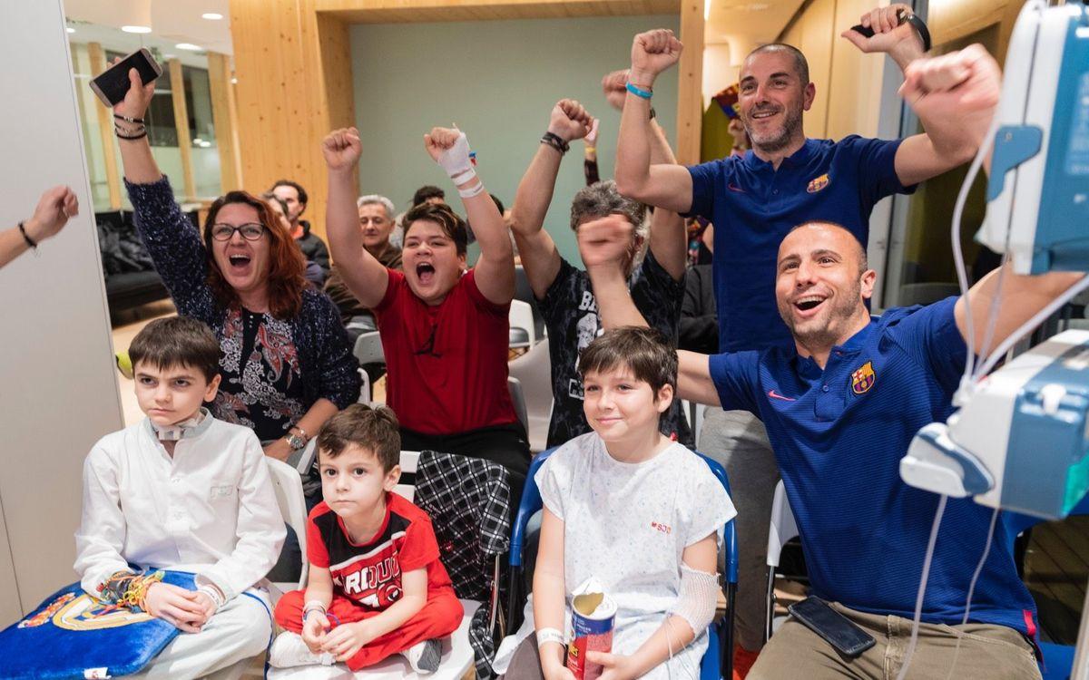 Els exjugadors del Barça veuen el clàssic a Sant Joan de Déu amb infants ingressats